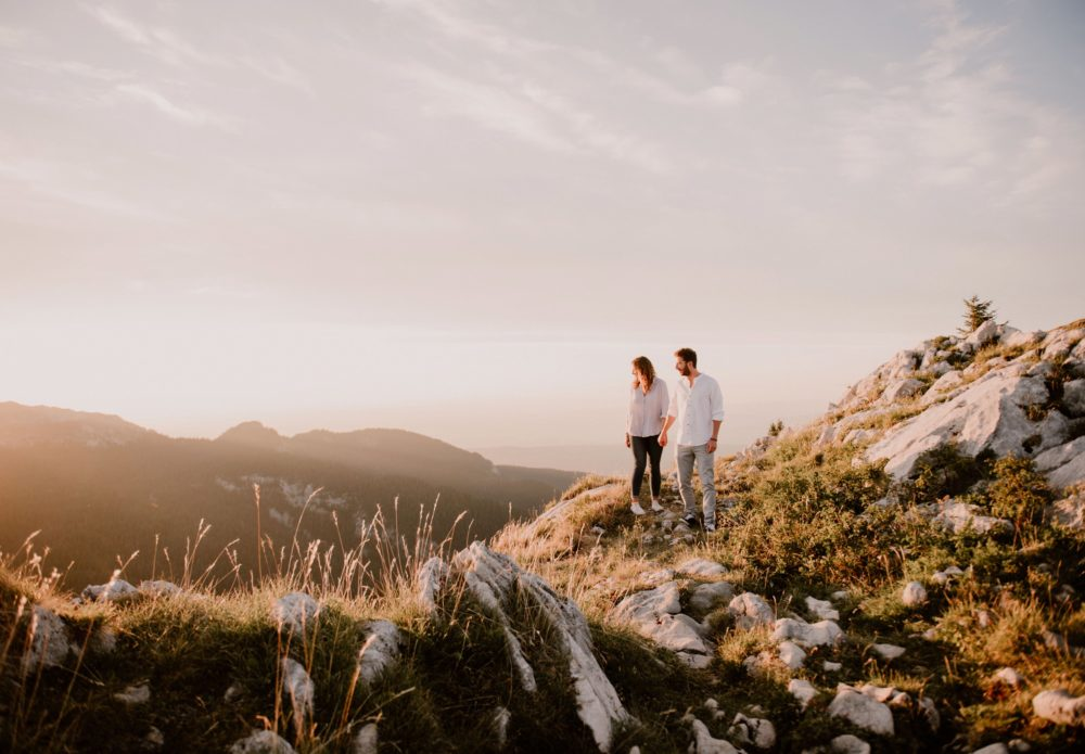 seance-photo-engagement-grenoble-chambery-photographe-mariage-chartreuse-lifestyle-golden-hour_0024